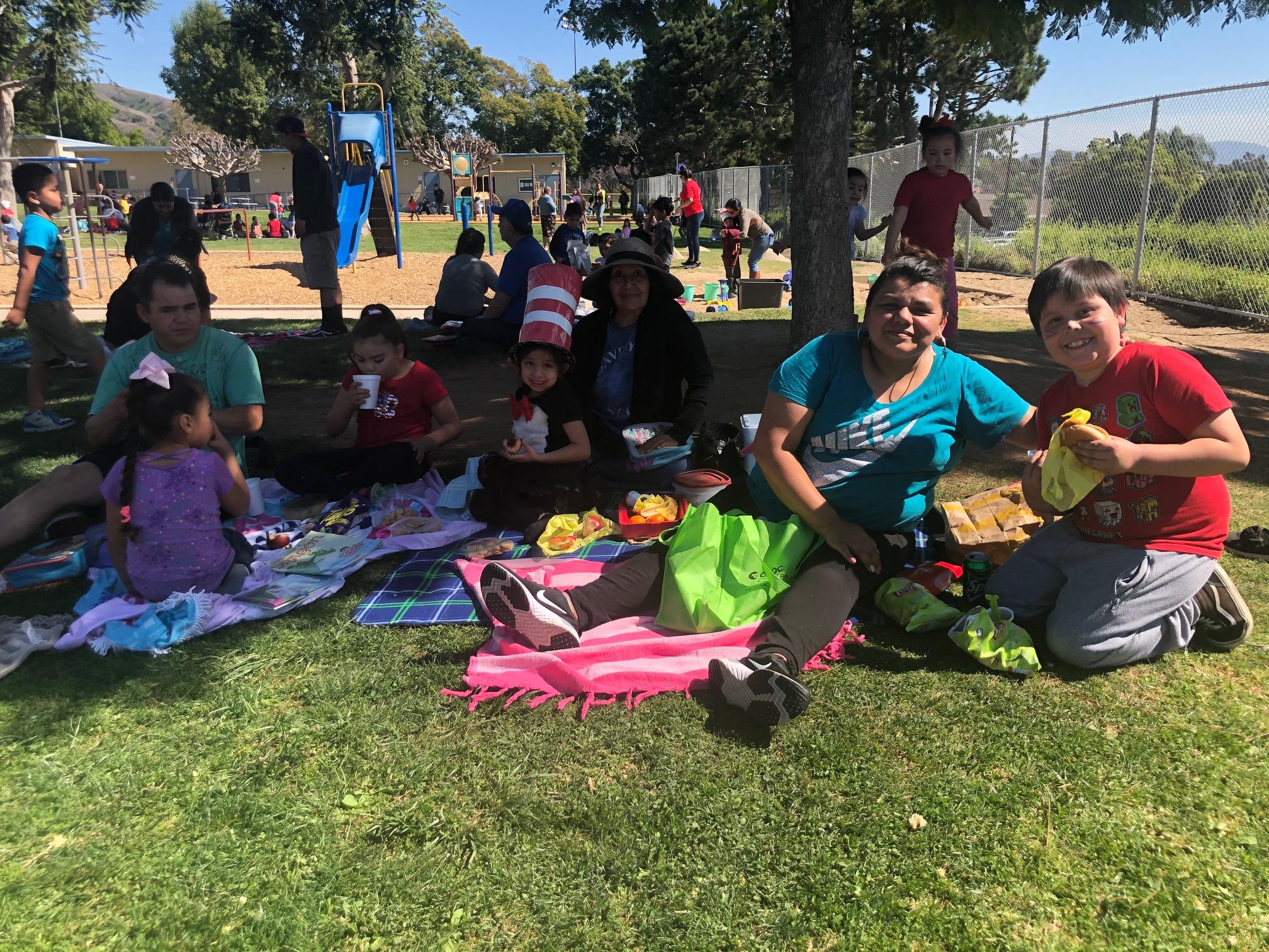 Our Book-Nic was a great success! ¡Disfrutando nuestros libros y picnic!