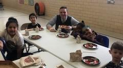 Stabler with Belle students eating pizza