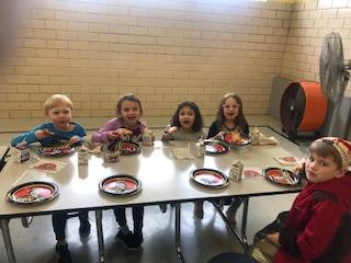 5 Belle Students eating Pizza