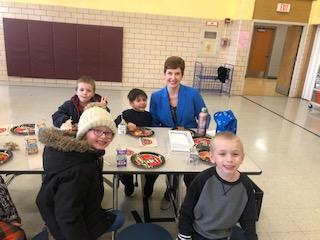 Mrs. Baney eating with 4 Belle Students