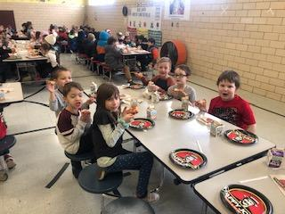 Belle Cafeteria full of students eating Pizza