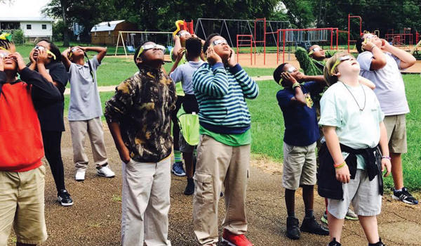 Overstreet students view the eclipse