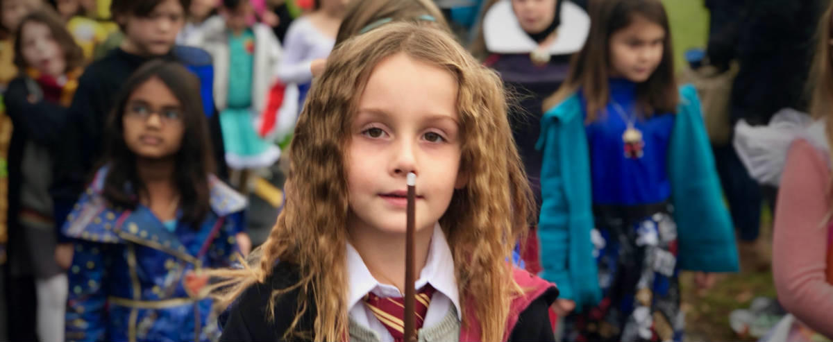 Girl in Harry Potter halloween costume