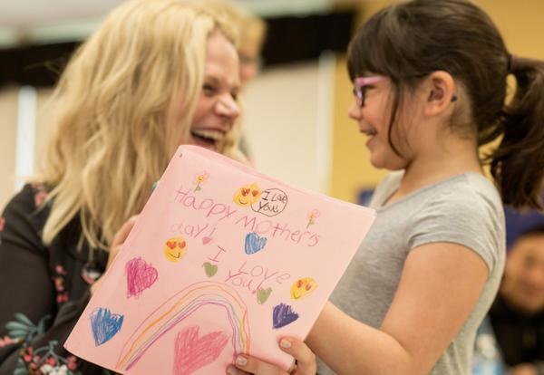 Kindergarteners Celebrate Mom