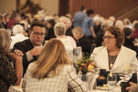 President Draves eating dinner with Alumni