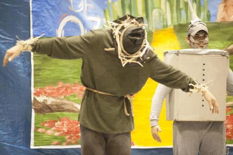 Scarecrow and tin man dancing