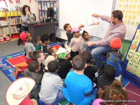 Read Across America Fun at Walnut Street School image for SAM 2594